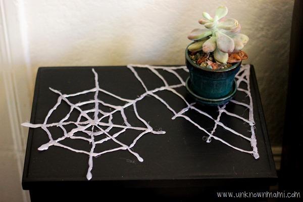 Glue gun spiderwebs tutorial